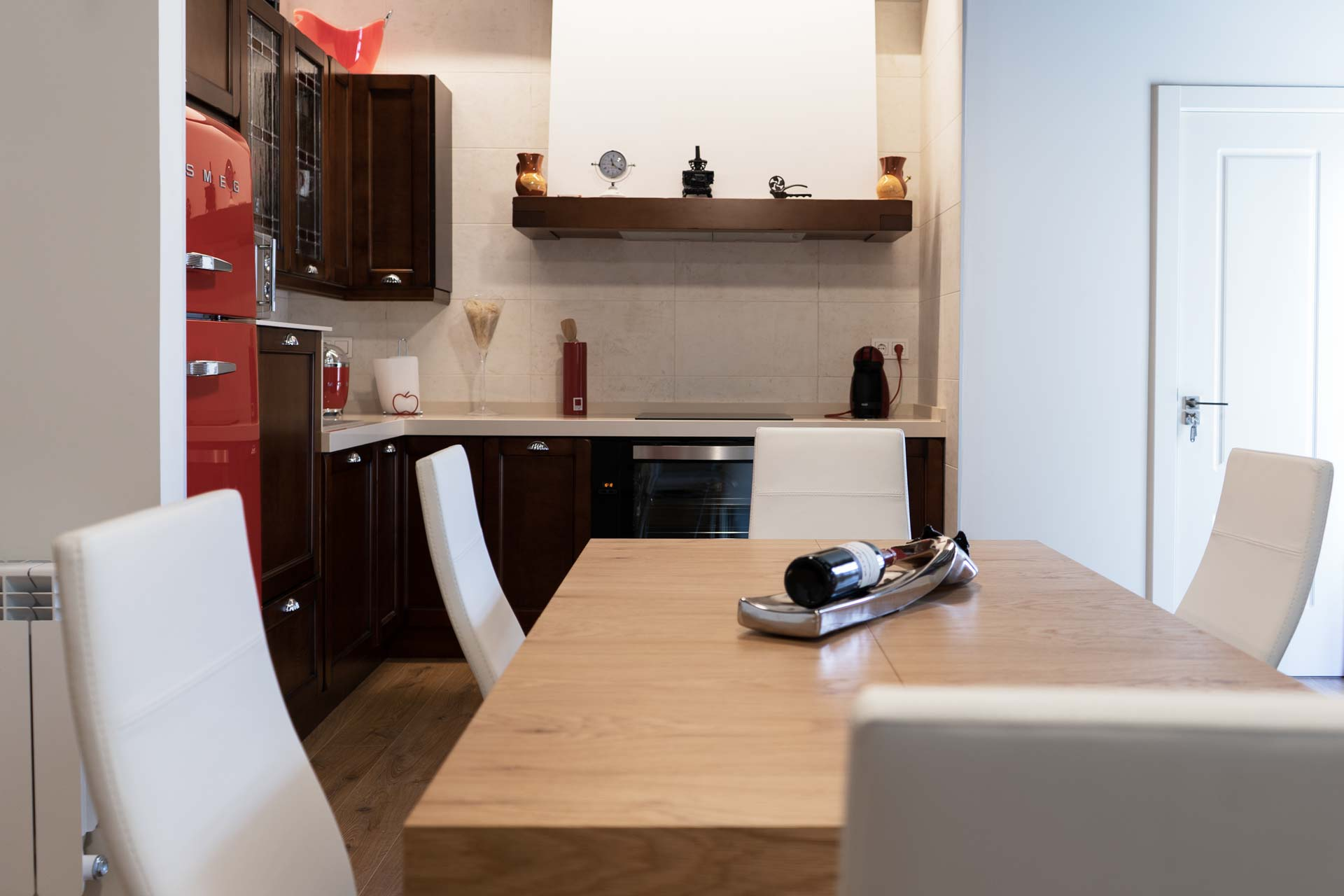 Espacios comunes de la casa rural. Vista de la mesa del salón comedor y la cocina.