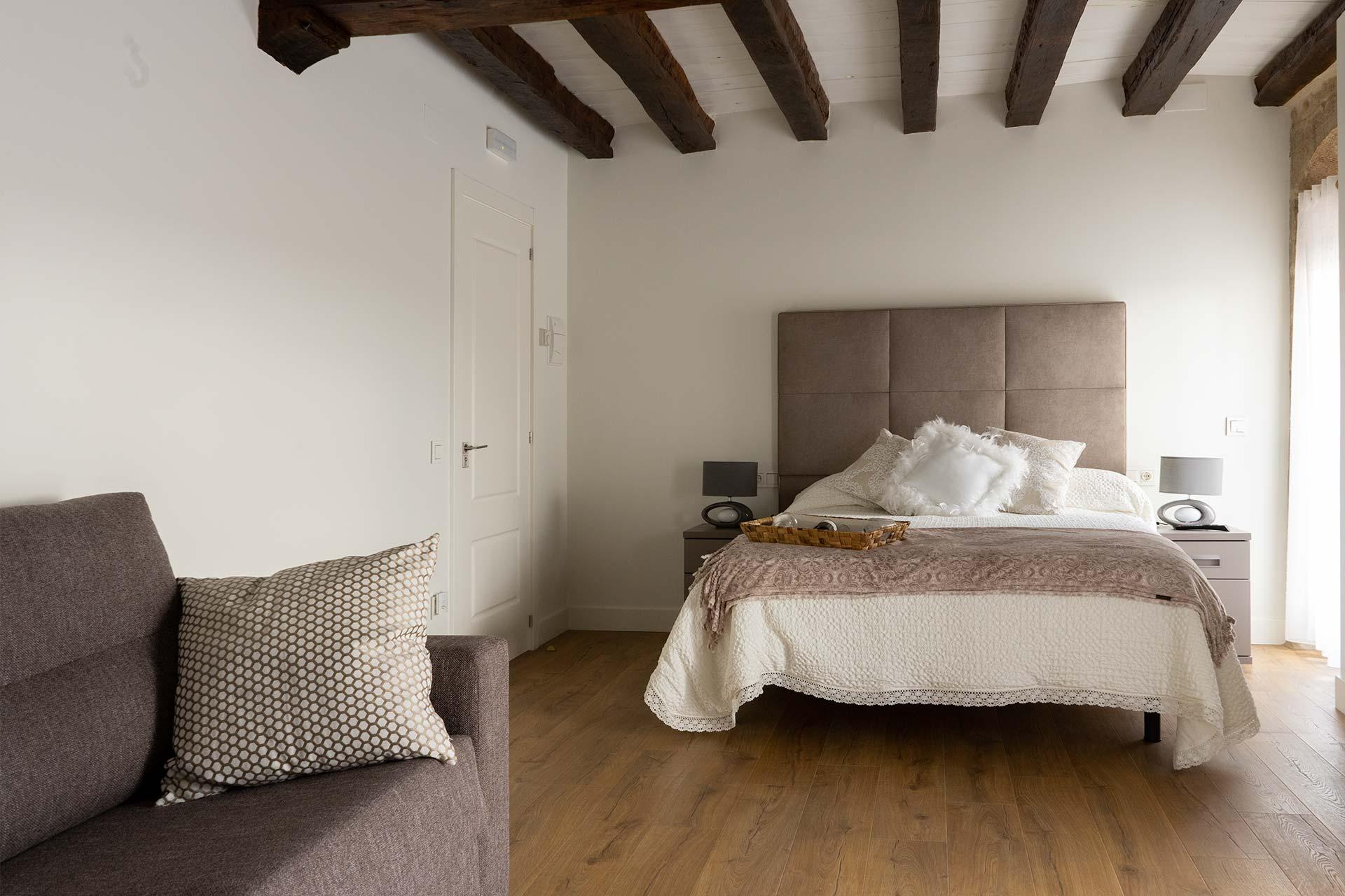 Habitación para 4 personas, con una cama doble y un sofá-cama