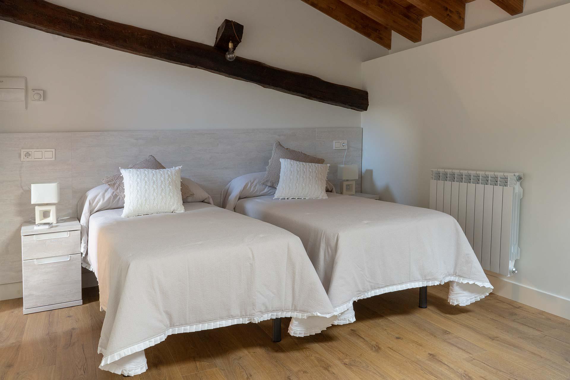 Habitación abuhardillada para 4 personas (Dos camas individuales y sofá-cama).