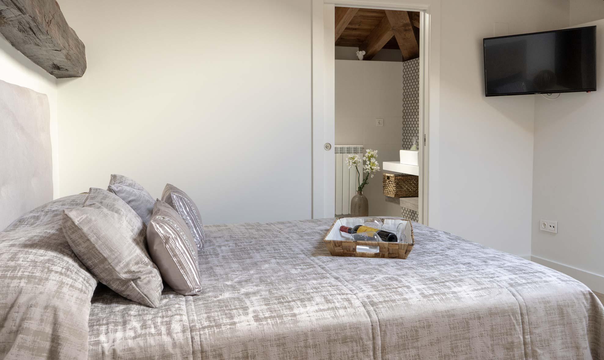 Habitación para dos personas con cama para dos y baño privado, situada en la segunda planta de la casa rural.
