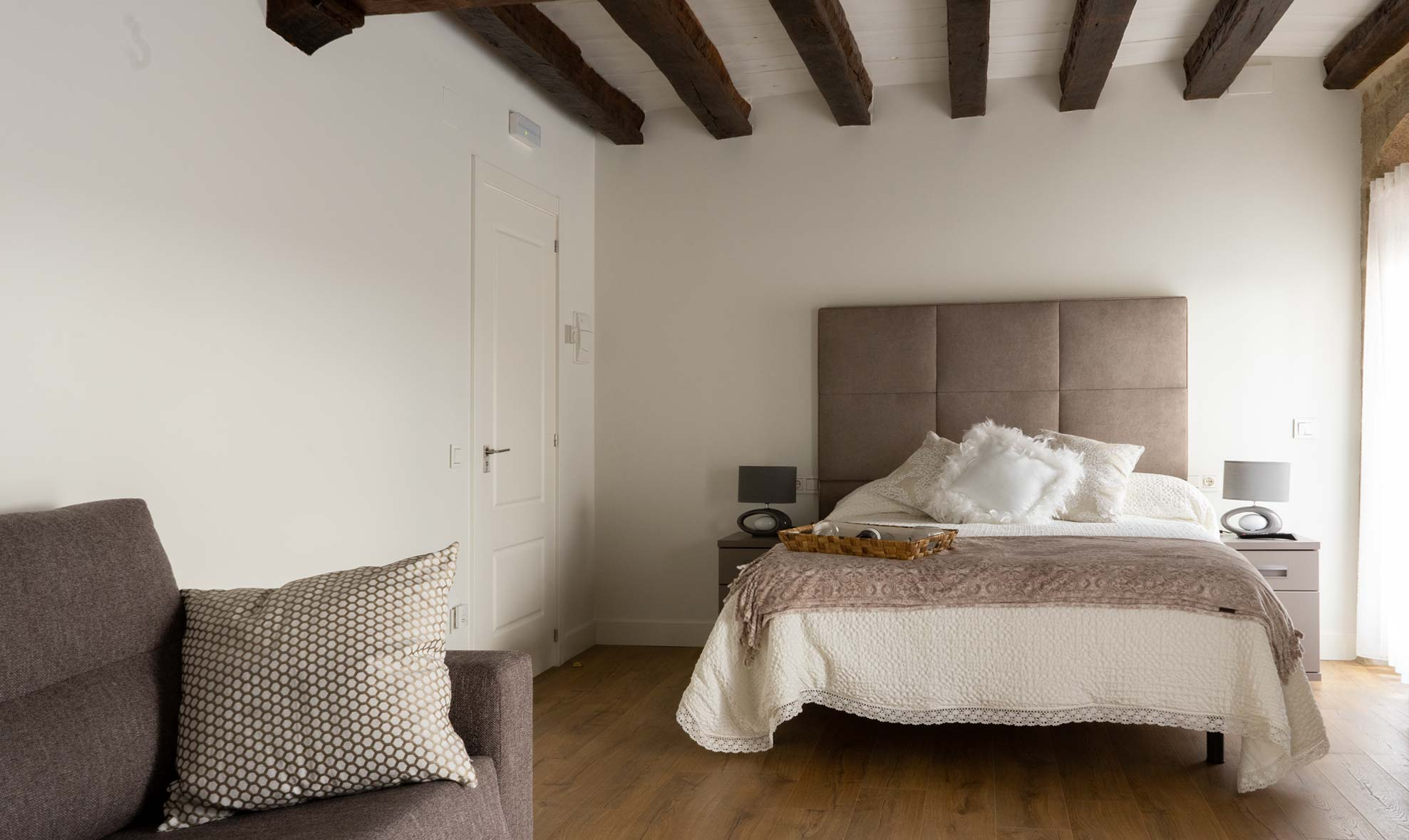 Habitación con cama para dos y sofá-cama para otras dos personas, situada en la primera planta de la casa rural.