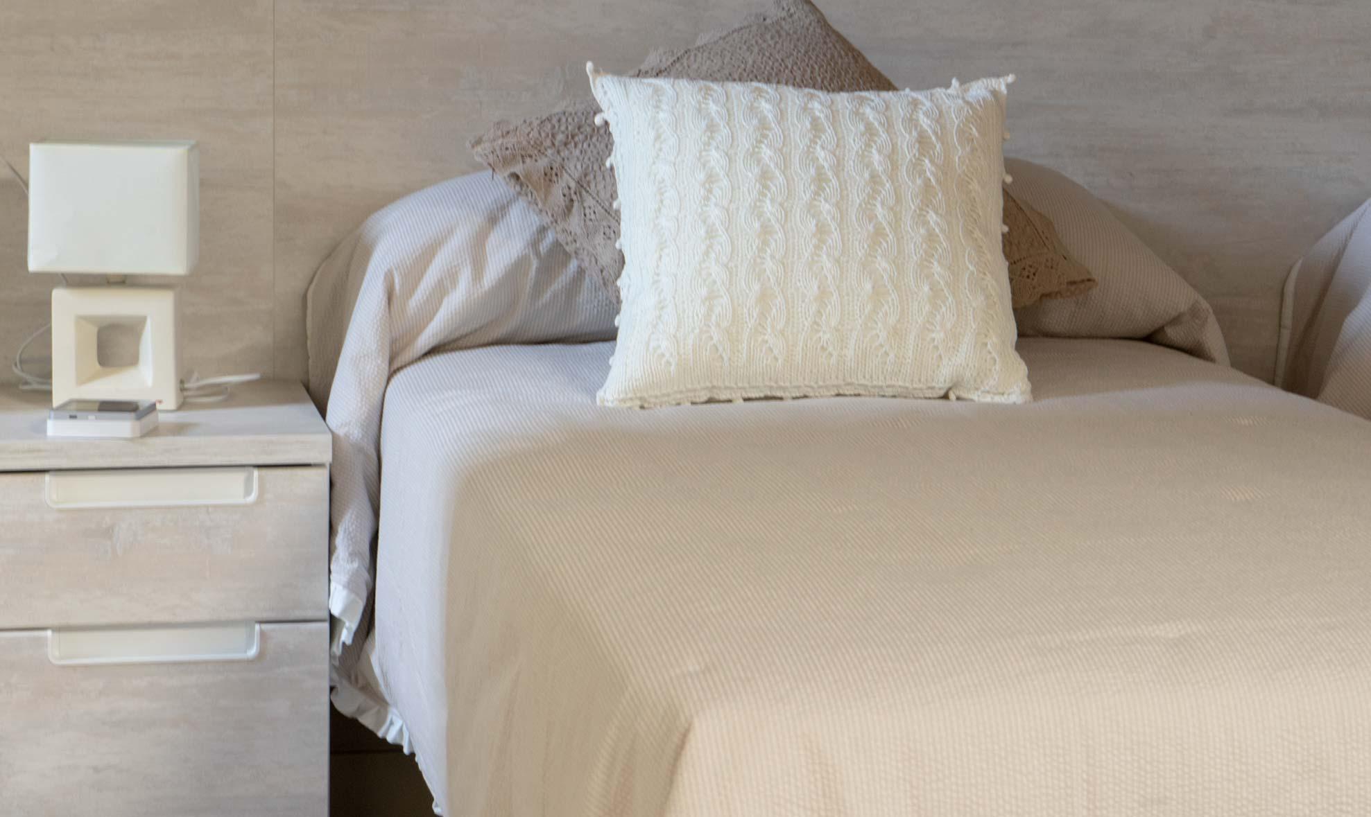 Habitación para 4 personas con dos camas individuales y sofá-cama para dos, situada en la segunda planta de la casa rural.
